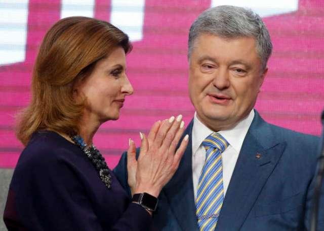 Petro Poroshenko, au côté de sa femme Maryna, reconnaît sa défaite au second tour de l'élection présidentielle,à Kiev, le 21 avril.
