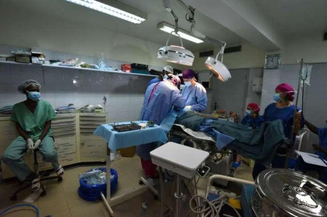 Intervention chirurgicale dans une clinique privée d'Abidjan, en octobre 2017.