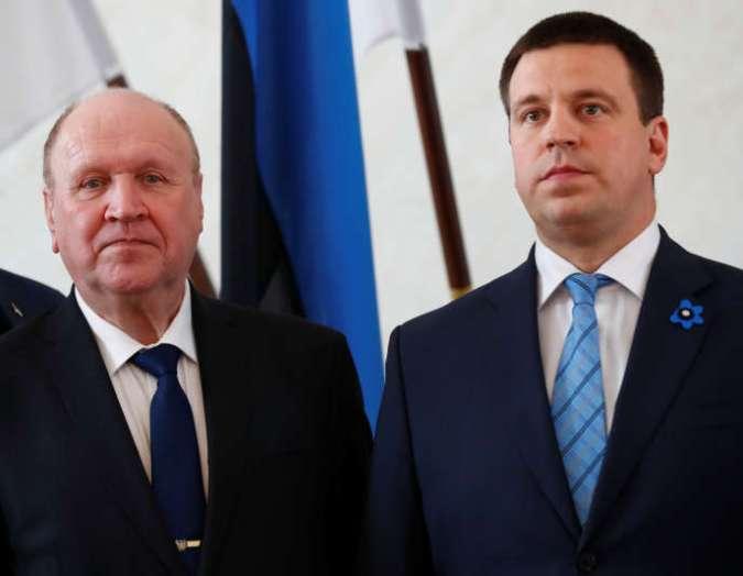 Mart Helme, nouveau ministre estonien de l'intérieur, (à gauche), et le premier ministreJüri Ratas, le 29 avril àTallinn.