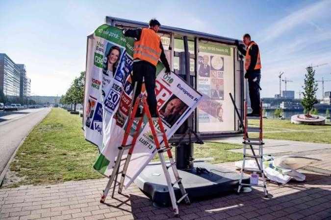 Préparation de panneaux électoraux à Rotterdam (Pays-Bas), le 29 avril.