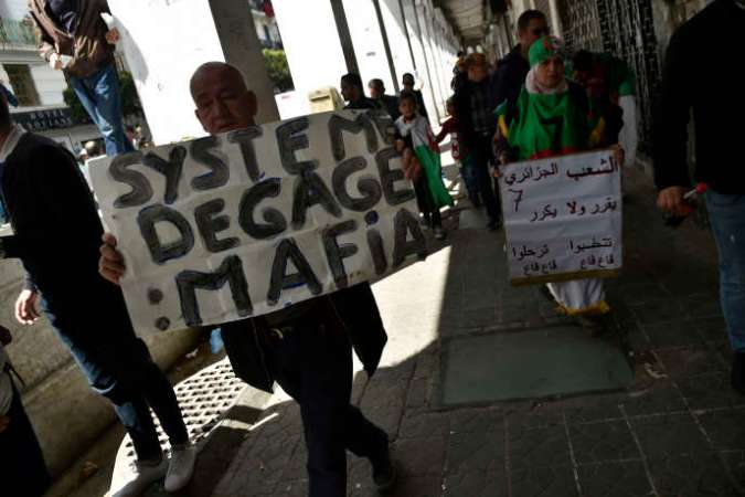 Lors d'une manifestation contre le « système» à Alger, le 26avril 2019.