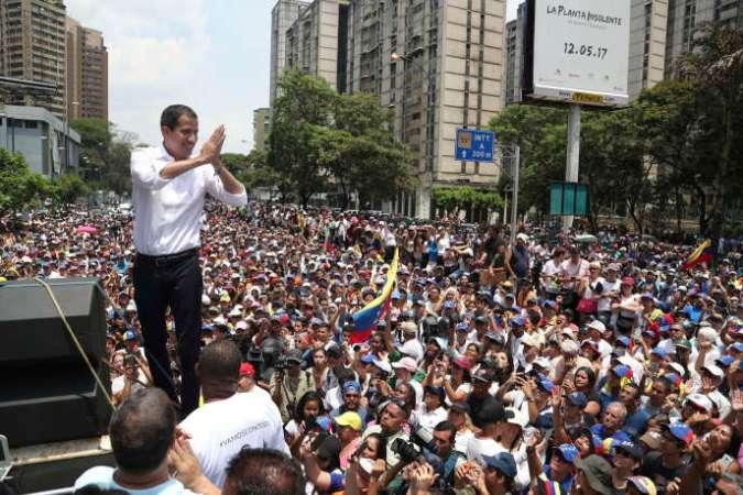 Juan Guaido salue ses partisans réunis à Caracas le 1er Mai.