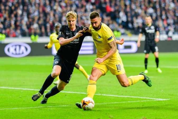 L'attaquant français de Chelsea,Olivier Giroud, aux prises avec le défenseur de Francfort, l'Allemand Martin Hinteregger, lors de la demi-finale aller de la Ligue Europa, le 2 mai.