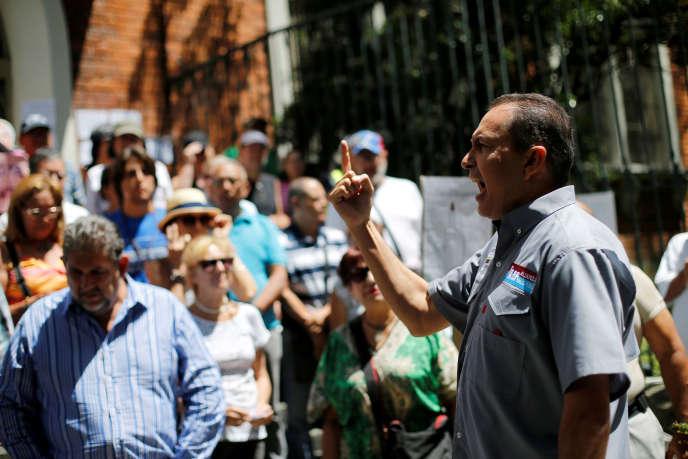 Richard Blanco (à droite, ici le 24 juillet 2017) compte parmiles sept parlementaires de l'opposition vénézuélienne quela Constituante a décidé de défaire de leur immunité.