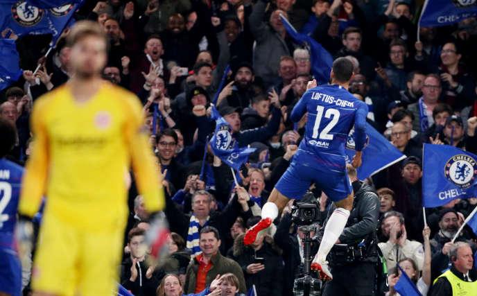 Le joueur de Chelsea Ruben Loftus-Cheek saute de joie après son premier but contre Francfort, le 9 mai.
