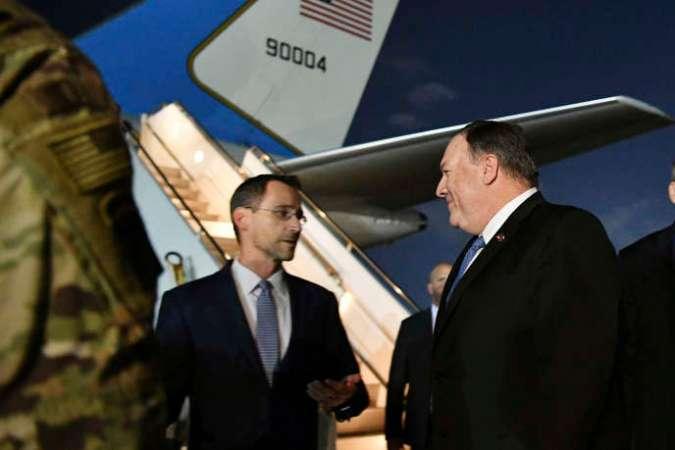 Mike Pompeo (à d.), lors de sa visite surprise en Irak, parle avec Joey Wood, le chargé d'affaire de l'ambassade américaine de Bagdad, le 7 mai 2019.