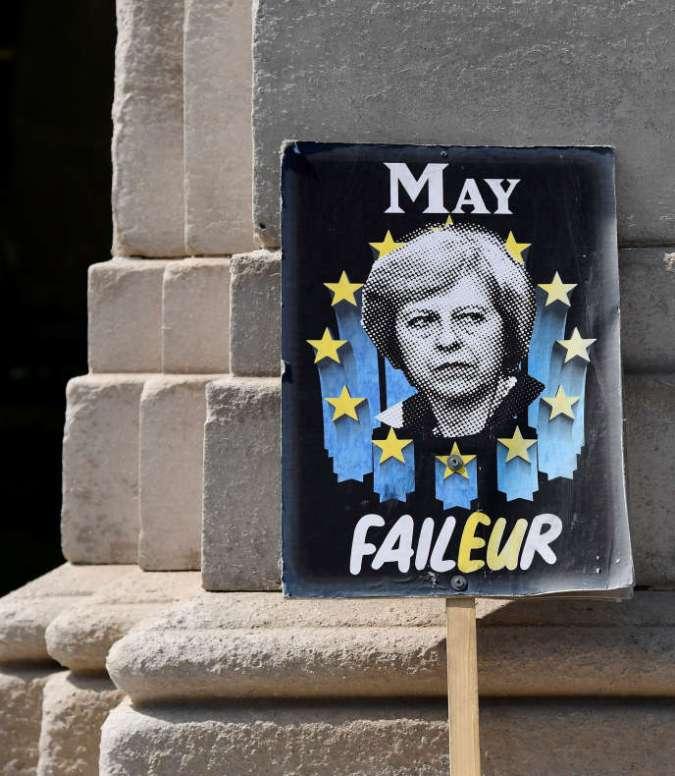 Une pancarte dénonçant l'échec deTheresa May, abandonnée devant le Parlement britannique à Londres.