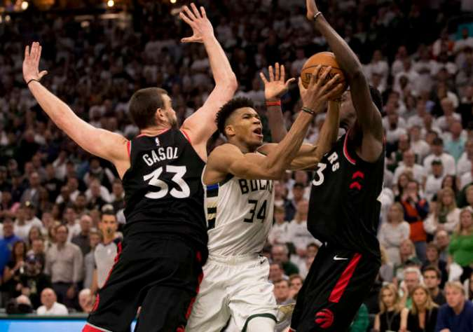 Les Bucks de Milwaukee etGiannis Antetokounmpo (maillot blanc) ont difficillement battu les Raptors de Toronto mercredi 15 mai dans leur salle.