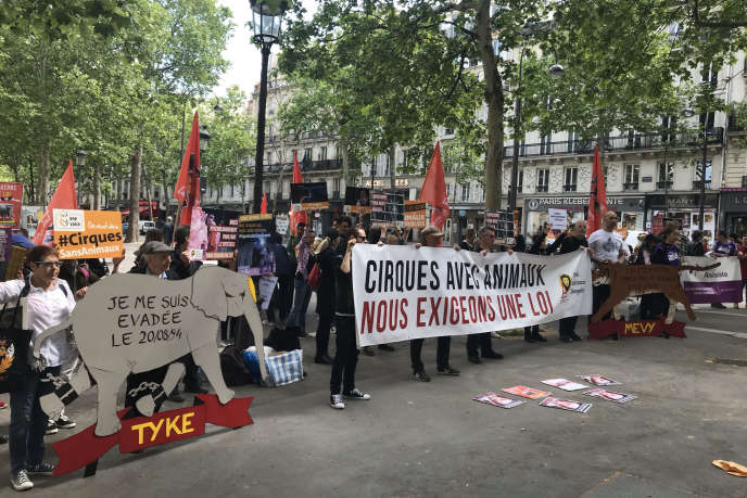 Mobilization to demand the ban of circuses using wild animals, in Paris on May 16th.