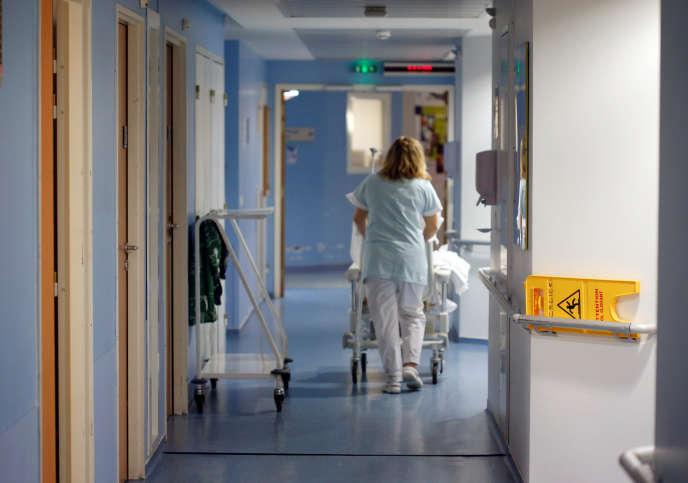 Une infirmière dans les couloirs de l'hôpital Pellegrin de Bordeaux en 2016. Pour Katrine Marçal,