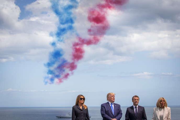 Emmanuel Macron, Donald Trump et leurs épouses à une cérémonie commémorative du 75e anniversaire du débarquement du 6 juin 1945, le 6 juin 2019.