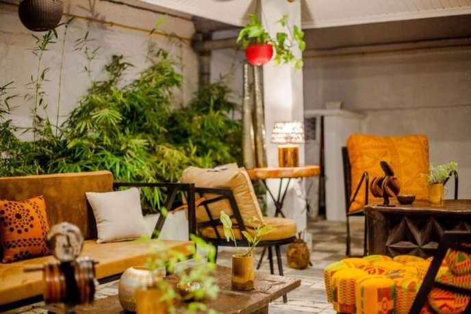 Le décor cosy du Lof, restaurant qui revisite les plats classiques ivoiriens. Crédit Florence Yao