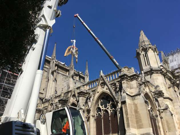 Laying an 8-ton hanger under a bow-butan on the restoration site of Notre-Dame de Paris on 2 July.
