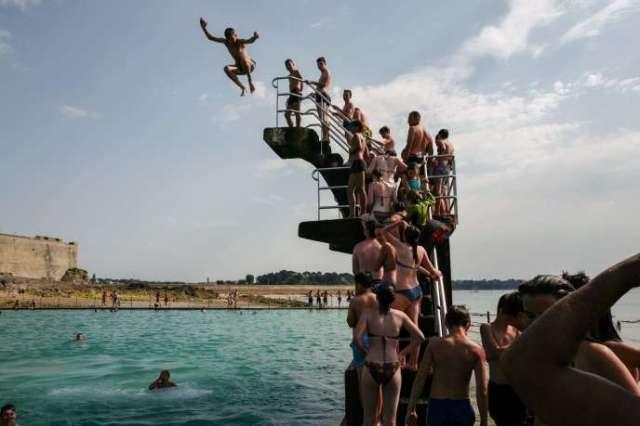 File d'attente devant le plongeoir de la piscine marine emblématique de Saint-Malo, en Bretagne, le 23 juillet, lors de la deuxième canicule de l'été.