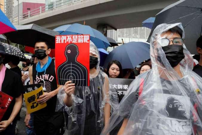 Une partie des manifestants portent des pansements sur les yeux en signe de solidarité avec une jeune femme blessée aux yeux par la police. Certains brandissent une pancarte sur laquelle on peut lire« nous ne sommes pas des cibles», le 18 août 2019.