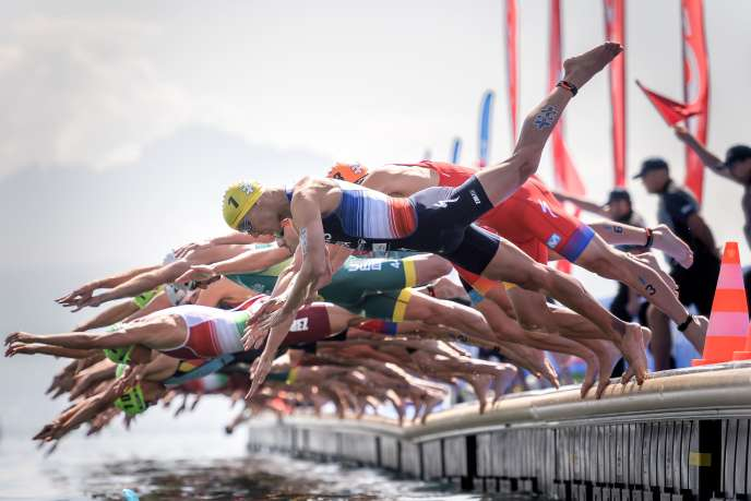 Frenchman Vincent Luis (yellow cap in the foreground) during the swimming event on Lake Geneva, Saturday, August 31.