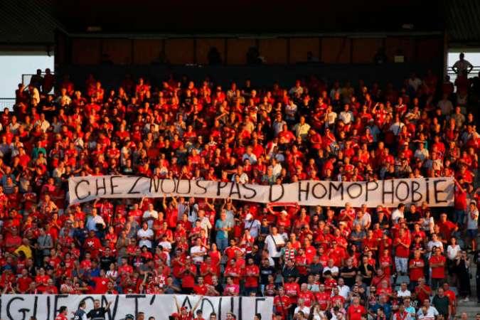 Banderole dans les tribunes du stade des Costières, à Nîmes, le 31 août : « Chez nous, pas d'homophobie... La Ligue, on t'adule.»