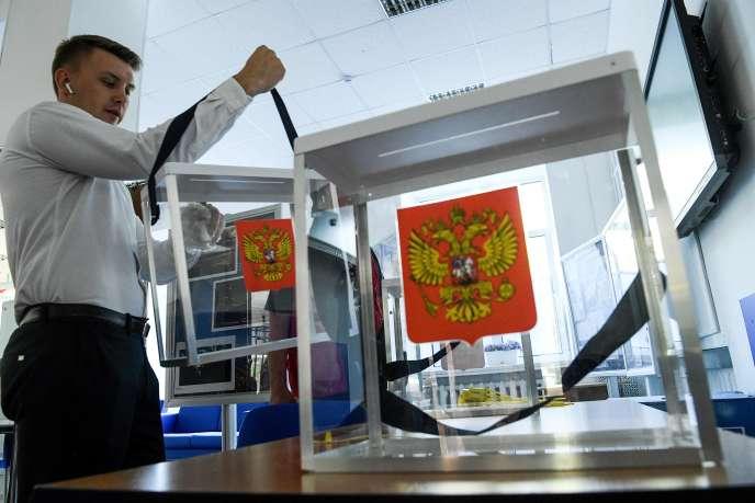 Un membre d'une commission d'élection locale prépare une urne dans un des bureaux de vote de Moscou, le 6 septembre.