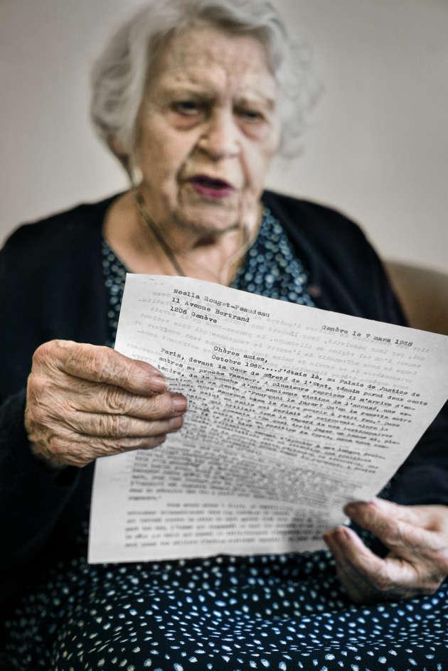 Noëlla Rouget relit sa lettre adressée à d'anciennes déportées, datée du 7 mars 1968.