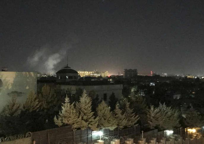 Un nuage de fumée s'élève aux abords de l'ambassade des Etats-Unis à Kaboul, après un tir de roquette, le 11 septembre.