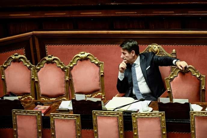Sans jamais nommer son adversaire, Giuseppe Conte a dénoncé« l'arrogance de celui qui réclamait les pleins pouvoirs », comme le dictateur Benito Mussolini.