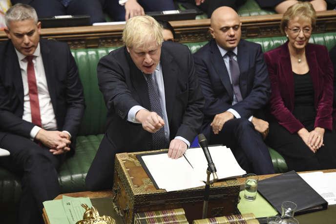 Le premier ministre britannique lors de la séance exceptionnelle à la Chambre des communes, samedi 19 octobre 2019.
