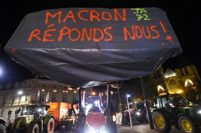 Dès lundi soir, environ 200 agriculteurs, venus à l'appel des Jeunes Agriculteurs (JA) de la Sarthe au centre-ville du Mans avec une quarantaine de tracteurs, ont déversé de la paille devant la préfecture de la Sarthe.