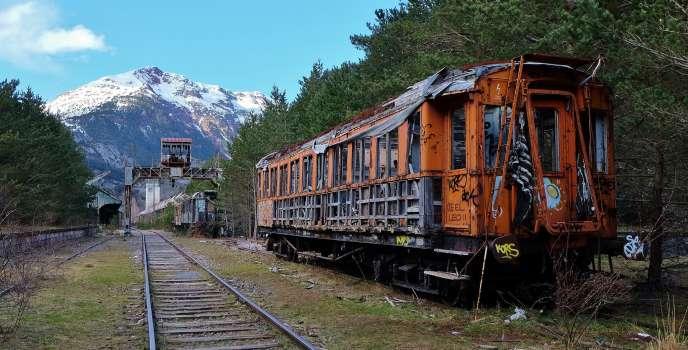 Dans l'ancienne gare de Canfranc, en Espagne, la nature a repris ses droits sur les wagons rouillés.