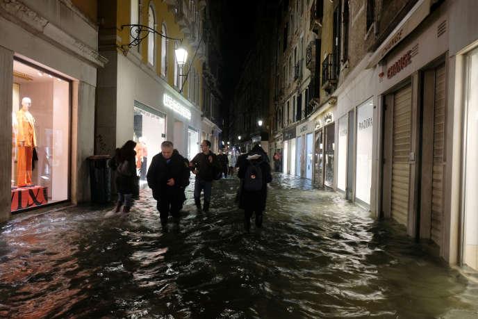 Per le strade di Venezia, in Italia, il 12 novembre.