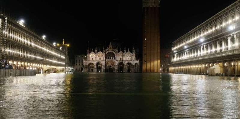 Un invaso Piazza San Marco, è raffigurato durante un periodo di stagione, acqua alta a Venezia, Italia 12 novembre 2019. REUTERS/Manuel Silvestri