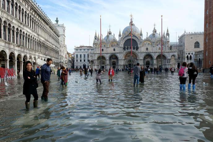 I turisti nel cuore di piazza San Marco a Venezia allagata, sabato 16 novembre.