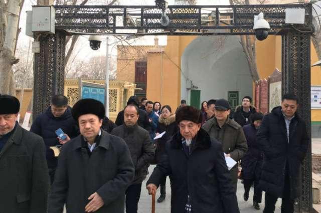 Des imams et des officiels du gouvernement passent sous un portique de sécurité en quittant la mosquéeIdKahàKachgar, ville de la région autonome du Xinjiang, le 4 janvier.