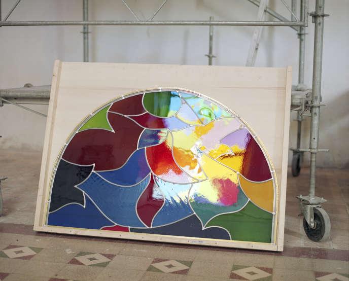 Un des huit vitraux créés par Tahar Ben Jelloun avant d'être fabriqué et installé par le verrier Philippe Brissy.