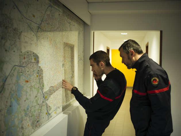 Des pompiers de la caserne du Blosne, dans le sud de Rennes, consultent un plan de la ville avant une intervention, le 14 novembre.