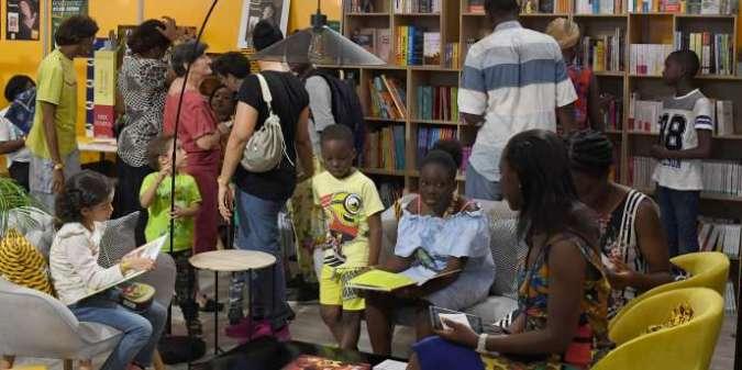Dans une librairie éphémère au Palais de la culture d'Abidjan, le 19 mai 2019.