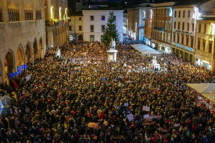 Diverse migliaia di persone manifestano contro l'estrema destra, il 24 novembre a Rimini.