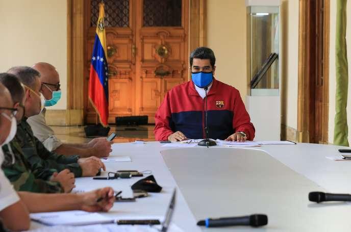 Cette photo diffusée par la présidence vénézuélienne montre Nicolas Maduro lors d'un message télévisé au sujet de la pandémie, à Caracas, le 22 mars.