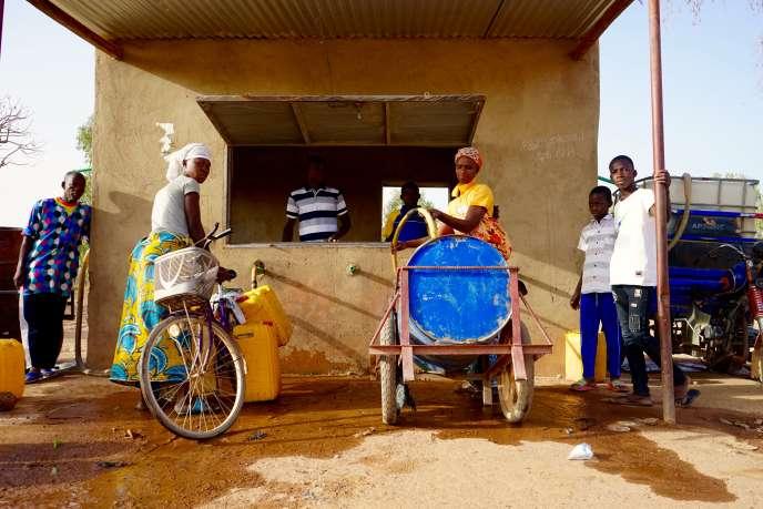 Elise Zebango remplit son baril de 200 litres à la borne-fontaine de Tanlarghin, au Burkina Faso, le 1eravril 2020.
