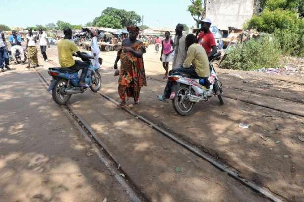 Des conducteurs de moto-taxi près de la gare de Thiès, au Sénégal, en septembre 2012.