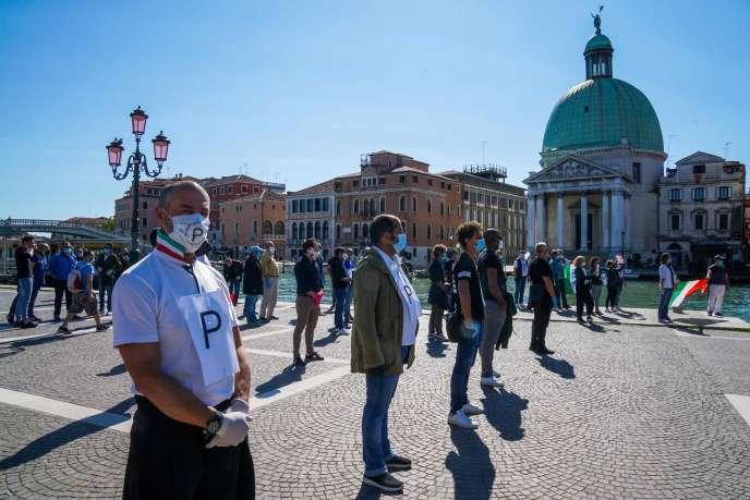 I commercianti chiedono la riapertura dei negozi durante un flashmob, vicino alla stazione ferroviaria di Venezia Santa Lucia, il 4 maggio.