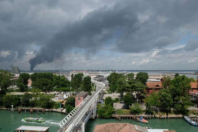 Un denso fumo nero che fuoriesce dall'impianto chimico, che è stato dichiarato da un incendio di venerdì 15 maggio, la vista di Venezia.