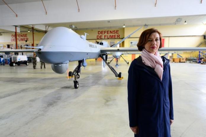 La ministre des armées, Florence Parly, devant un drone General Atomics MQ-9 Reaper, à la base militaire de Cognac-Chateaubernard, le 14 mai 2020.