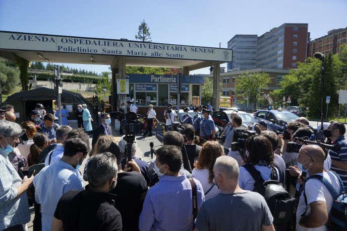 Des journalistes attendent un bulletin médical sur l'état d'Alex Zanardi, devant l'hôpital Santa Maria alle Scotte, à Sienne, le 20 juin.