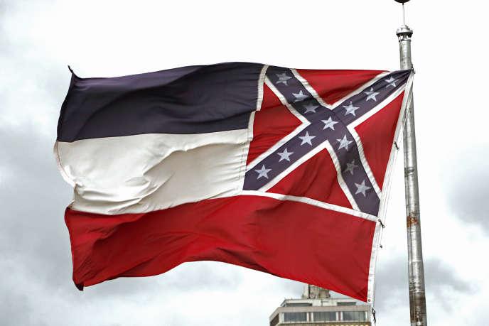L'actuel drapeau du Mississippi comprenant le symbole des Etats confédérés, sur le Capitol de Jackson, le 25 juin 2020.