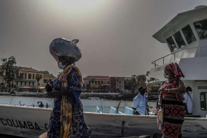 Des résidents de l'île de Gorée débarquent de la grande chaloupe blanche qui vient de Dakar. Ici, en juin 2020.