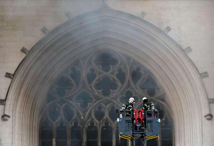 Intervention des pompiers à la cathédrale de Nantes, le 18 juillet.