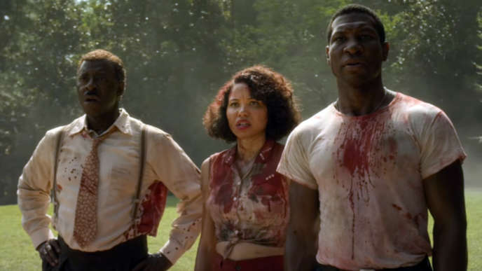 Courtney B. Vance (George Black), Jurnee Smollett (Letitia Dandridge) et Jonathan Majors (Atticus Black) dans la série«Lovecraft Country».