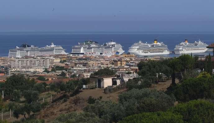 Le navi da crociera attraccano nel porto di Civitavecchia (Italia), 11 luglio.