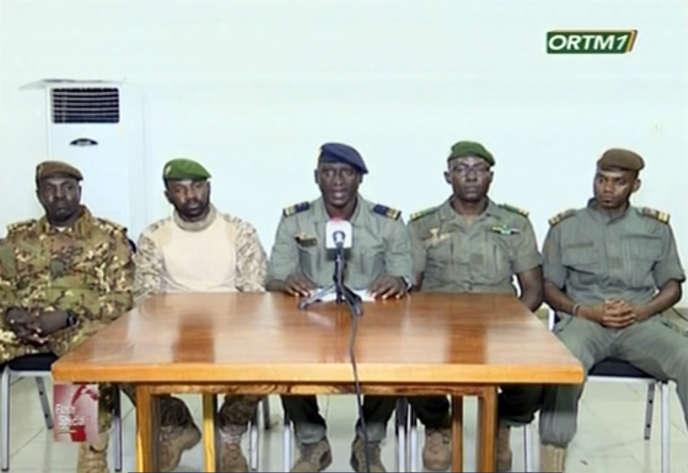 Le colonel-major Ismaël Wague (au centre), porte-parole du Comité national pour le salut du peuple, annonce que ce dernier a pris le contrôle du Mali, mercredi 19 août 2020.