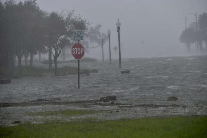 La ville de Pensacola, en Floride, est submergée par les eaux, mercredi 16 septembre, en raison de la tempête tropicale Sally qui s'est abattue sur la côte sud-est des Etats-Unis.
